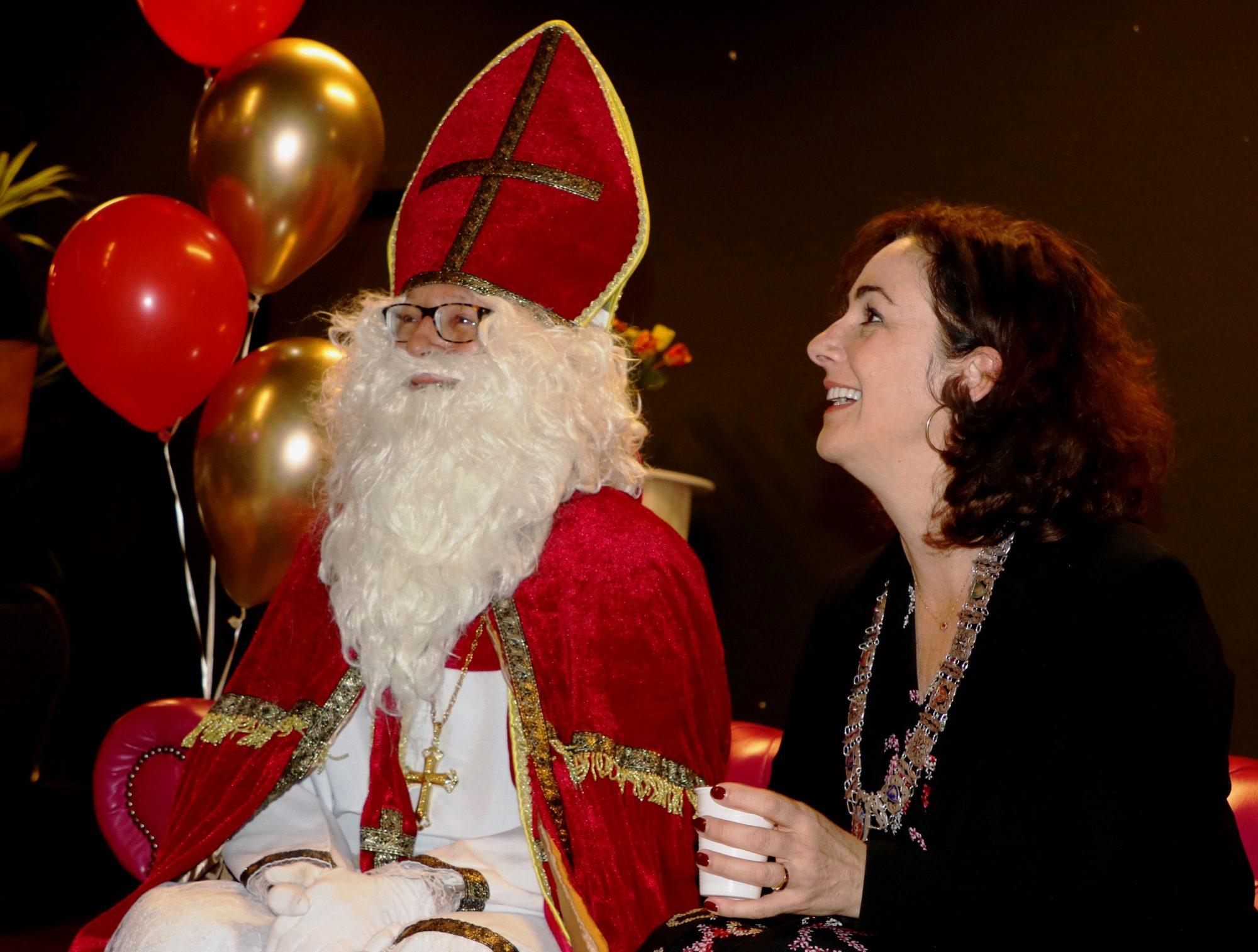 Sinterklaas Nicolaas Nikolaas en burgemeester Femke Halsema in Amsterdam Zuid-Oost